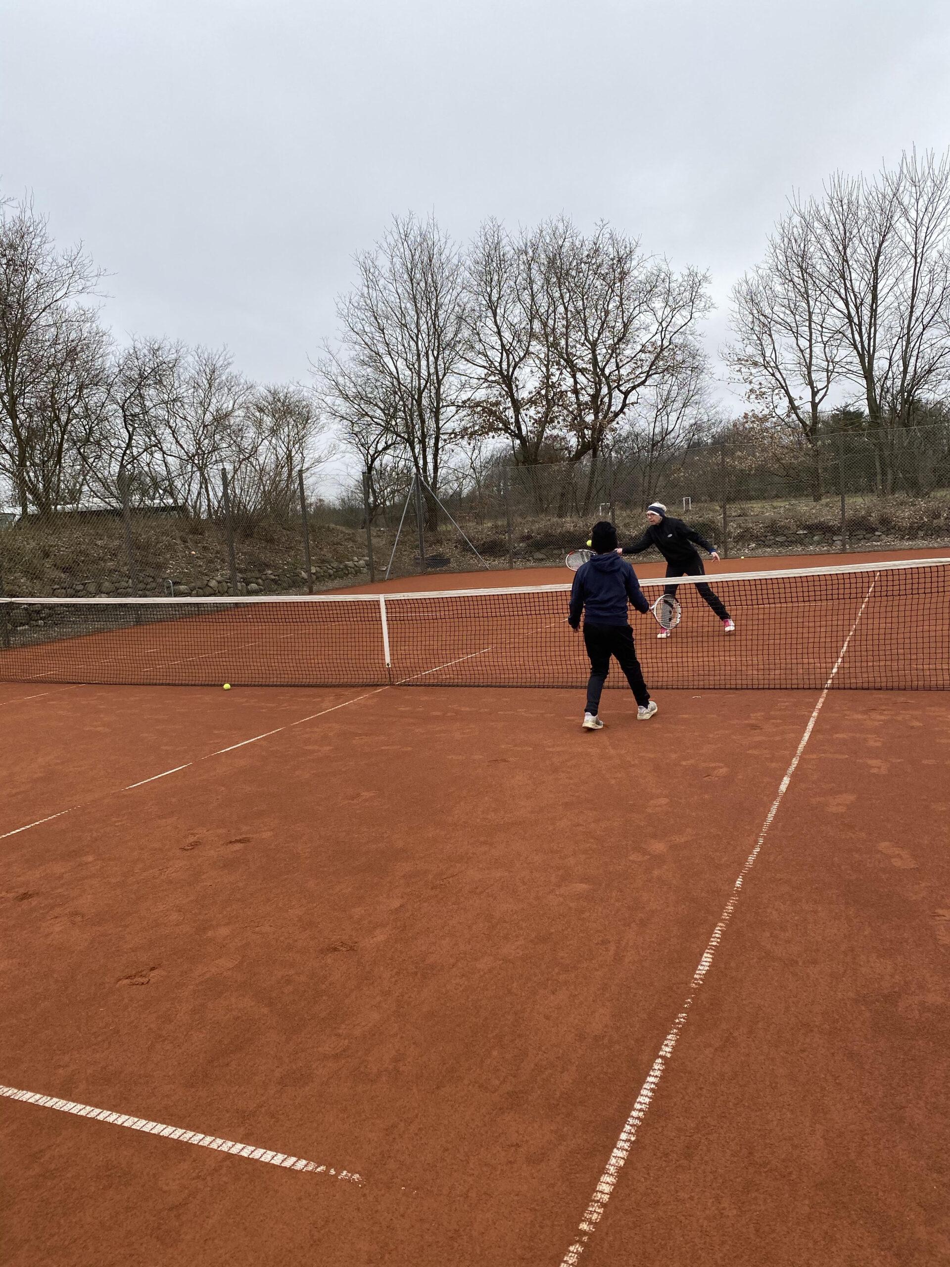 Tennisbanen er åben